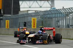 Daniel Ricciardo, Scuderia Toro Rosso STR8, lidera Sebastian Vettel, Red Bull Racing RB9