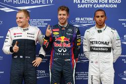 Ganador de la pole Sebastian Vettel, Red Bull Racing, segundo lugar Lewis Hamilton, Mercedes AMG F1, tercer lugar Valtteri Bottas, Williams F1 Team