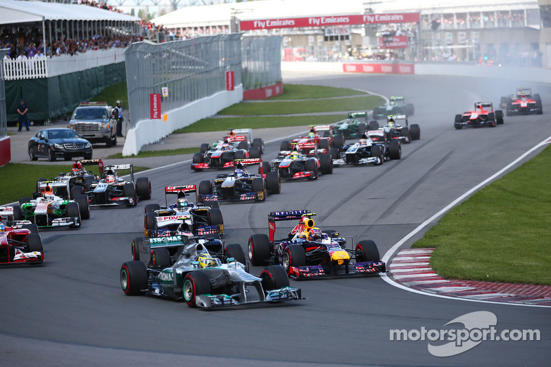 Nico Rosberg, Mercedes AMG F1 W04 and Mark Webber, Red Bull Racing RB9 at the start of the race