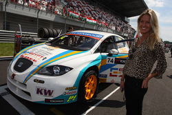 The girlfriend of Pepe Oriola, SEAT Leon WTCC, Tuenti Racing