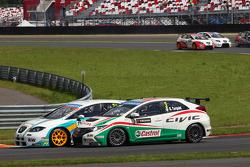 Pepe Oriola, SEAT Leon WTCC, Tuenti Racing and Gabriele Tarquini, Honda Civic, Honda Racing Team J.A.S