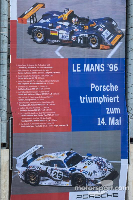 Banners publicitários gigantes para Porsche na parte de trás do edifício pit