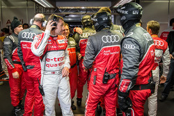 Tom Kristensen comemora pole position com membros da equipe