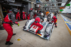 Pit stop for #3 Audi Sport Team Joest Audi R18 e-tron quattro: Marc Gene, Oliver Jarvis, Lucas di Grassi