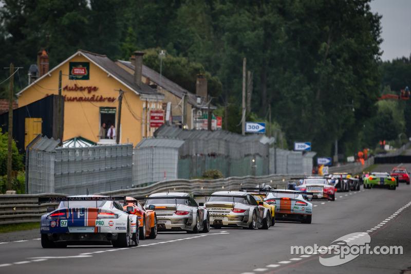 Een groep auto's volgen de Safety Car tijdens de neutralisatie: #97 Aston Martin Racing Aston Martin Vantage GTE: Darren Turner, Stefan Mücke, Peter Dumbreck