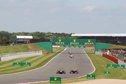 Mark Webber Red Bull Racing RB9 et Jenson Button McLaren MP4-28