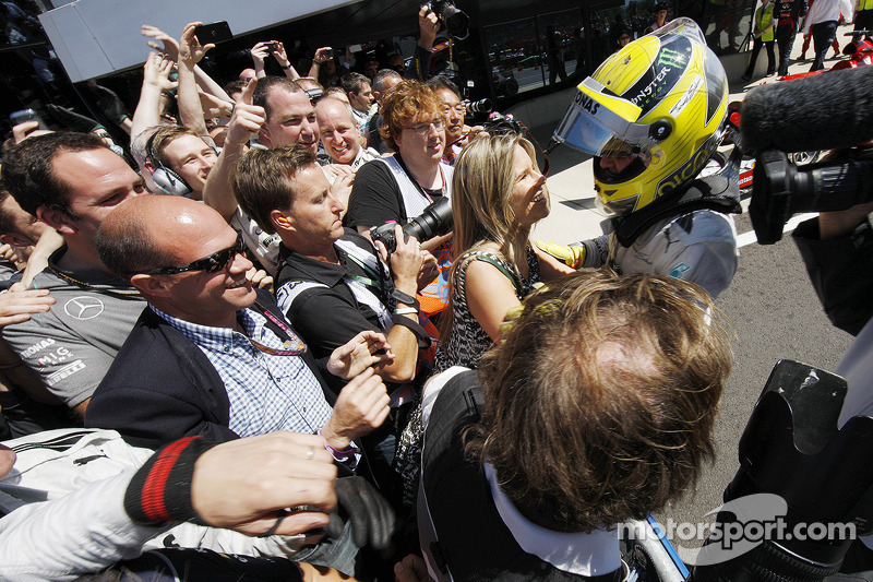 Race winner Nico Rosberg Mercedes AMG F1 celebrates in parc ferme with fiance Isabell Reis