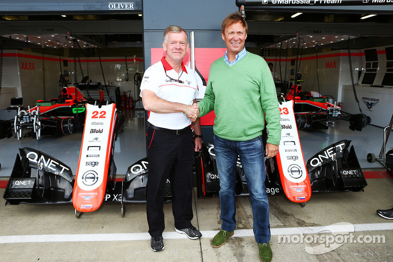 Andy Webb Marussia F1 Team CEO met Nigel Howe Reading FC Chief Executive, kondigen een samenwerking aan tussen Marussia F1 Team en Reading Football Club