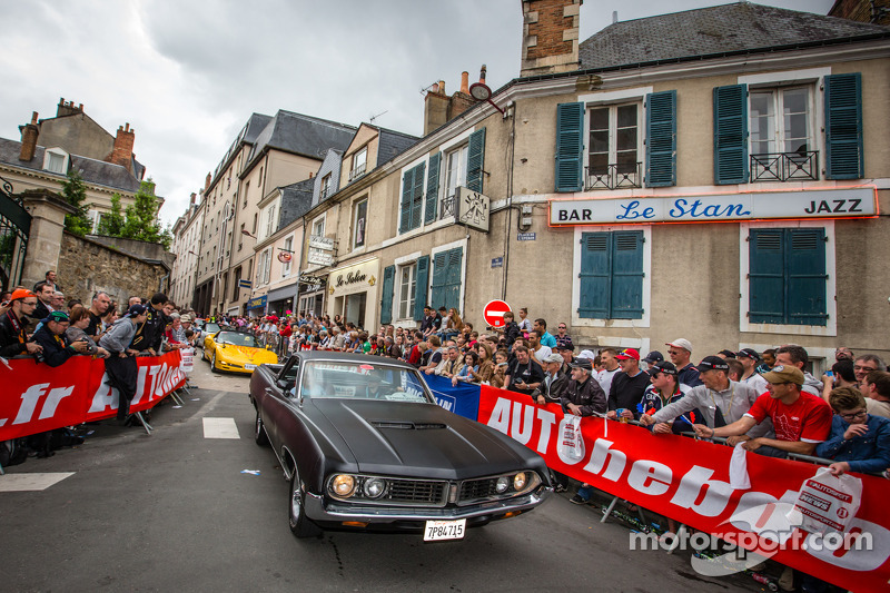 Parade met Amerikaanse auto's