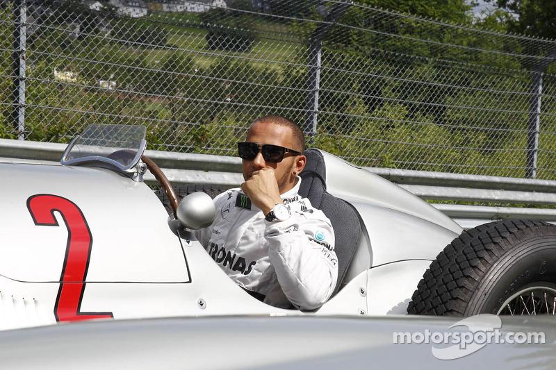 Lewis Hamilton fährt einen historischen Mercedes auf der Nordschleife