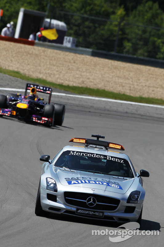 Sebastian Vettel, Red Bull Racing RB9 lidera atrás do safety car