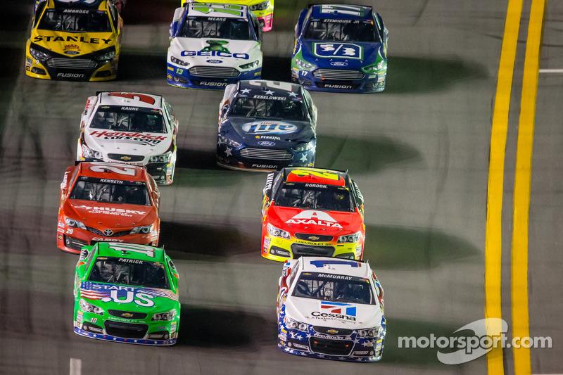 Danica Patrick, Stewart-Haas Racing Chevrolet en Jamie McMurray, Earnhardt Ganassi Racing Chevrolet in gevecht