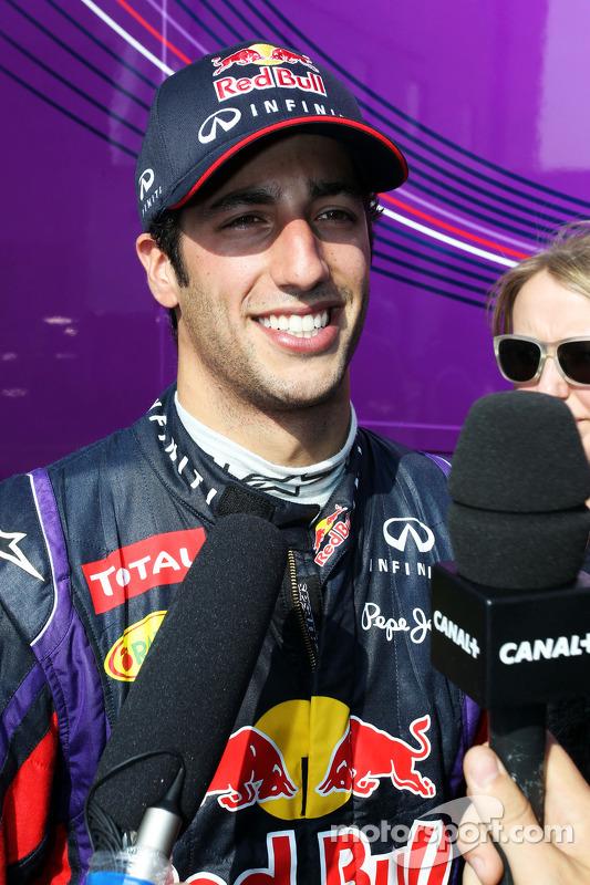 Daniel Ricciardo, piloto de testes da Red Bull Racing, com a mídia