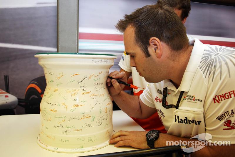 Een keramische velg, gesigneerd door het team, om de honderdste Grand Prix van Adrian Sutil, Sahara