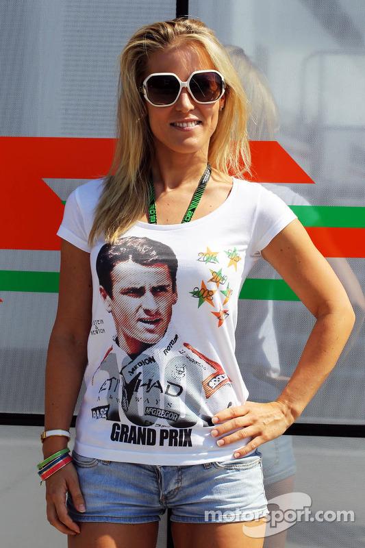 Jennifer Becks, veste a camiseta em comemoração aos 100 GPs do namorado Adrian Sutil, Sahara Force India F1