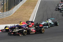Sebastian Vettel, Red Bull Racing RB9 e Romain Grosjean, Lotus F1 E21 disputam no começo da prova