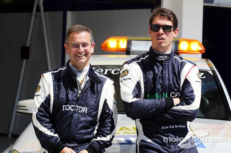 (L naar R): Dr Ian Roberts, FIA-dokter met Alan Van Der Merwe, Bestuurder FIA Medical Car
