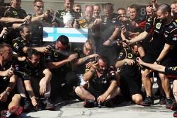 Kimi Raikkonen, Lotus F1 Team celebra a segunda posicão com qual edição da equipe Sure /  Desodorante Axe