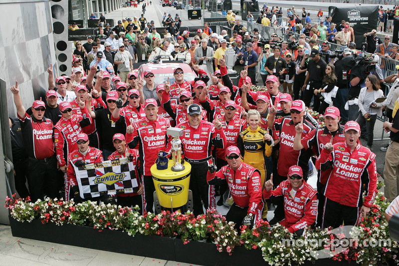 Race winner Ryan Newman, Stewart-Haas Racing Chevrolet celebrates with team
