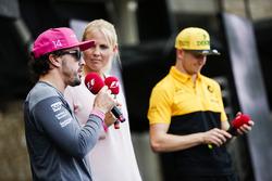 Фернандо Алонсо, McLaren, и Нико Хюлькенберг, Renault Sport F1 Team