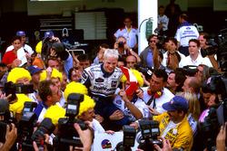 Жак Вільньов разом з командою святкує титул чемпіона світу