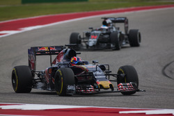 Даниил Квят, Scuderia Toro Rosso STR11, и Фернандо Алонсо, McLaren MP4-31