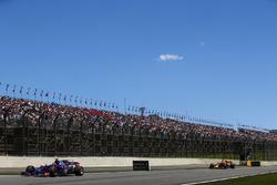 Брендон Хартли, Scuderia Toro Rosso STR12, и Даниэль Риккардо, Red Bull Racing RB13
