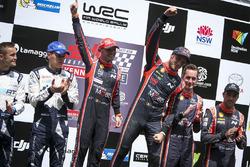 Los ganadores del Rally de Australia 2017 Thierry Neuville, Nicolas Gilsoul, Hyundai Motorsport, el segundo clasificado Ott Tänak, Martin Järveoja, M-Sport, y los terceros clasificados Hayden Paddon, Sebastian Marshall, Hyundai Motorsport