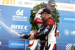 Подиум: победитель Роб Хафф, All-Inkl Motorsport