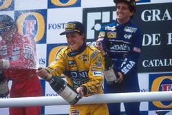 Podio: tercer lugar Michael Schumacher, Benetton, celebra