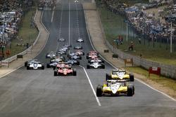 Salida: René Arnoux, Renault RE30B y Alain Prost, Renault RE30B por delante del resto