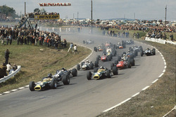 Départ : Graham Hill, Lotus 49 Ford, Dan Gurney, Eagle T1G Weslake, Jim Clark, Lotus 49 Ford, Chris Amon, Ferrari 312