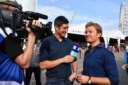 TV-presentator Vernon Kaye, Nico Rosberg in de paddock