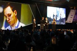 David Coulthard met Martins Zalmans, de winnaar van de Williams Engineer of the Future Award, met Paddy Lowe, Williams Formula 1, looks on