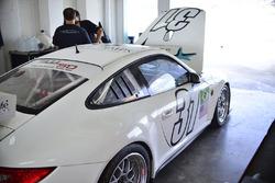 Equipo trabaja en el coche de #31 MP1B Porsche GT3 Cup of Alan Hellmiester, Adalberto Baptista, Luca Seripiere, Bruno Baptista of MGM Racing