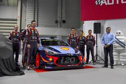 Het Hyundai team, inclusief Thierry Neuville, Andreas Mikkelsen, Dani Sordo, Hayden Paddon en teammanager Michel Nandan