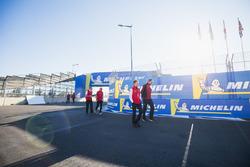 Allan McNish, Team Principal, Audi Sport Abt Schaeffler, marche avec Gildo Pallanca Pastor, propriétaire de Venturi Formula E, devant des logos Michelin