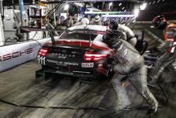 #911 Porsche Team North America Porsche 911 RSR, GTLM: Patrick Pilet, Nick Tandy, Frédéric Makowiecki, pit stop
