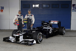 Bruno Senna e Pastor Maldonado in posa con la nuova Williams FW34