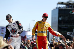Кевин Харвик, Stewart-Haas Racing Ford Fusion и Джой Логано, Team Penske Ford Fusion