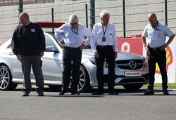 Charlie Whiting, FIA Delegate bekijkt het circuit