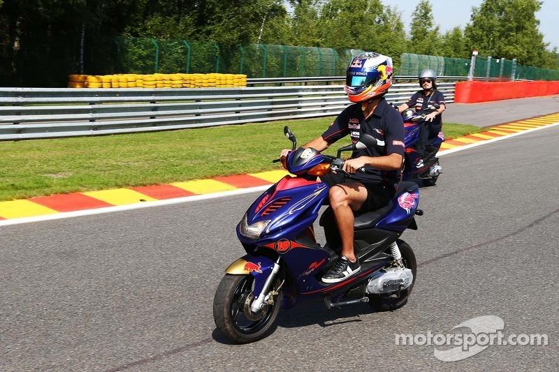 Daniel Ricciardo, Scuderia Toro Rosso STR8 op het circuit met een scooter