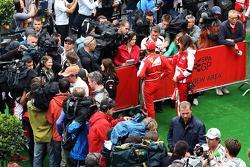 Fernando Alonso, Ferrari, Jenson Button, McLaren e Nico Rosberg, Mercedes AMG F1 na zona de imprensa