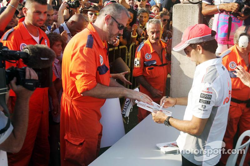 Sergio Pérez, McLaren firma autógrafos para los fans