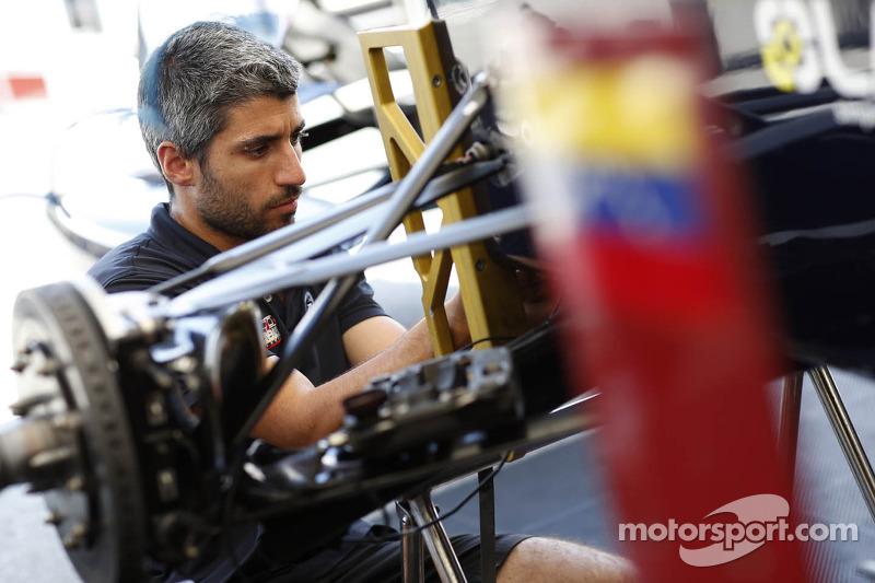 Een Venezuela GP Lazarus-monteur aan het werk
