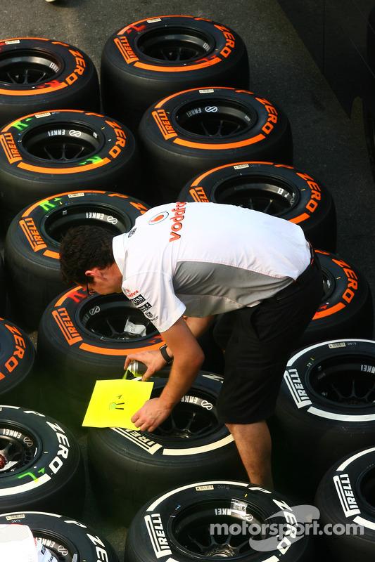 McLaren mecânico com pneus Pirelli
