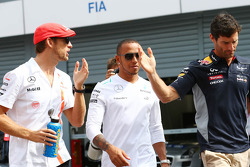 Jenson Button, McLaren; Lewis Hamilton, Mercedes AMG F1; y Mark Webber, Red Bull Racing en el desfile de pilotos