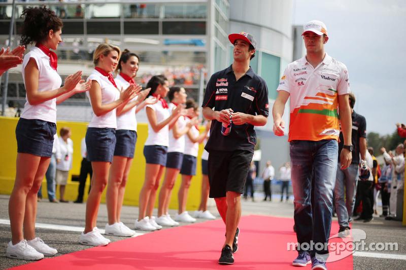 (L naar R): Daniel Ricciardo, Scuderia Toro Rosso en Paul di Resta, Sahara Force India F1 bij de rij