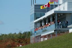 Ferrari fans kijken toe vanuit het nieuwe mediagebouw