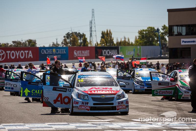 Auto's op de grid voor race 1
